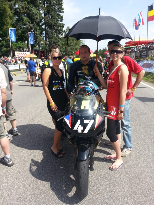 Czech tourist trophy Horice 2013 CTT 125 SP start Radek Lamich s Umbrella girls a mechanikem